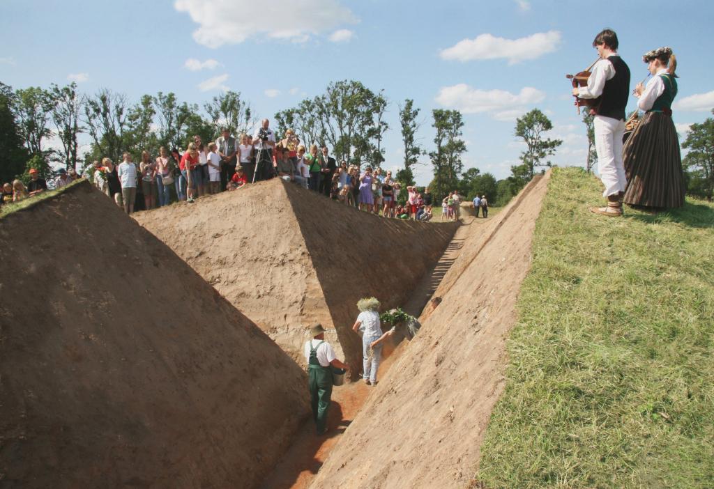 """Ritual Cut"". Earth, grass 4.5 X 60 X 75 meters"