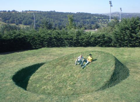 """Round balance"" 2008 grass, soil 260 x 900 x 900cm Saint-Flour, France 260 x 900 x 900cm Saint-Flour, France"